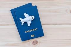Petit avion de jouet sur les passeports bleus photo libre de droits