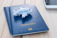 Petit avion de jouet sur les passeports bleus photos libres de droits