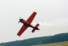 Petit avion de sports en exécutant des vols acrobatiques Photo stock