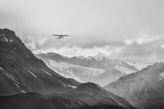 Petit avion en grandes montagnes Images stock