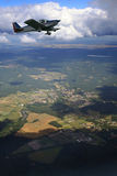 Petit avion en vol Photos libres de droits