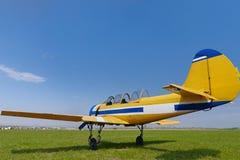 Petit avion jaune sur l'herbe photo libre de droits