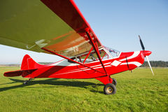 Petit avion sur l'herbe de terrain d'aviation Photographie stock libre de droits