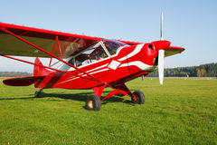 Petit avion sur l'herbe de terrain d'aviation Image stock