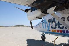 Petit avion sur la piste arénacée de Barra Airport Image libre de droits
