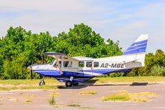 Petit avion touristique au delta de rivière d'Okavango Image stock