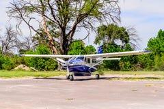 Petit avion touristique au delta de rivière d'Okavango Photo stock