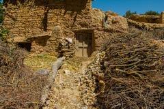 Petit bâtiment d'argile avec la broussaille sur la montagne image libre de droits