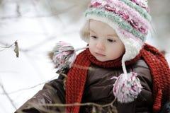 Petit bébé à l'hiver photographie stock libre de droits