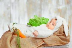 Petit bébé adorable dans une combinaison drôle de lapin Photographie stock libre de droits