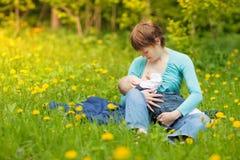 Petit bébé allaitant au sein Images libres de droits