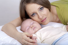Petit bébé avec la maman Photo libre de droits