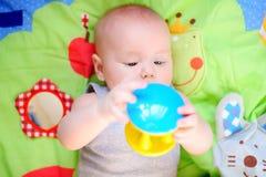 Petit bébé avec le jouet Image libre de droits