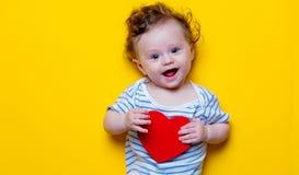 Petit bébé avec le jouet de forme de coeur Photographie stock libre de droits