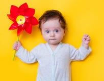 Petit bébé avec le jouet de soleil Image libre de droits