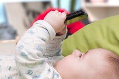 Bébé avec un téléphone portable Photo libre de droits