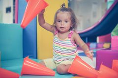 Petit bébé caucasien dans le terrain de jeu Photo libre de droits