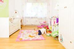 Petit bébé dans la chambre des childrenimages libres de droits