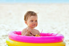 Petit bébé dans la piscine gonflable Photographie stock