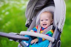 Petit bébé dans la poussette Images libres de droits