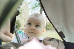 Petit bébé doux avec des regards d'intérêt photographie stock