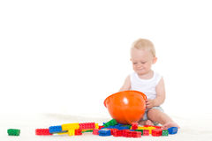 Petit bébé doux avec le casque et les jouets Image stock
