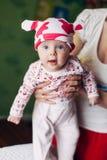 Petit bébé et sa mère Chapeau drôle de bébé avec des oreilles, comme une vache Photos libres de droits