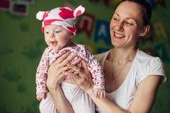 Petit bébé et sa mère Chapeau drôle de bébé avec des oreilles, comme une vache Images stock