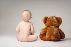 Petit bébé garçon avec l'ours de nounours Image libre de droits