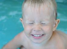 Petit bébé garçon dans la piscine d'eau photos stock