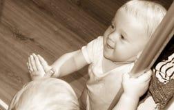 Petit bébé garçon dans la réflexion de miroir noire et blanche Photographie stock