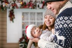Petit bébé garçon dans le father& x27 ; mains de s, jeune mère regardant le fils Photo libre de droits