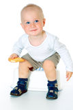 Petit bébé garçon drôle regardant l'appareil-photo, la séance et le sourire photos stock
