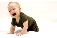 Petit bébé garçon pleurant sur le fond blanc Image libre de droits
