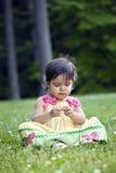 Petit bébé jouant dans l'herbe de trèfle Image libre de droits