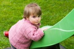 Petit bébé jouant sur la glissière Image libre de droits