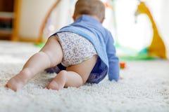 Petit bébé mignon apprenant à ramper Image libre de droits