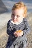Petit bébé mignon avec des biscuits Photo stock