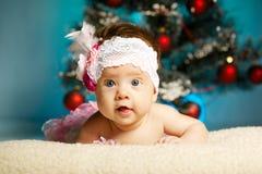 Petit bébé mignon avec l'arbre de Noël photographie stock
