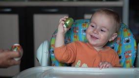 Petit bébé mignon avec l'oeuf de pâques frappant avec une autre main avec l'oeuf de pâques clips vidéos