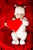 Petit bébé mignon avec le coeur images libres de droits