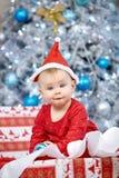 Petit bébé mignon dans des vêtements de Santa Claus Image stock