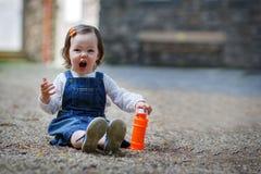 Petit bébé mignon jouant avec des bulles de savon en parc d'été Image libre de droits