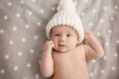 Petit bébé mignon se situant dans le berceau photos libres de droits