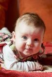 Petit bébé mignon se trouvant sur son estomac Image stock