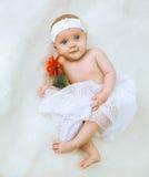 Petit bébé mignon se trouvant sur un lit Photo stock