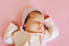 Petit bébé nouveau-né doux dormant sur la couverture rose Photo libre de droits