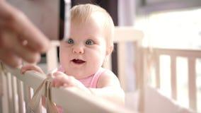 Petit bébé regardant le téléphone portable Smartphone de observation de sourire d'enfant banque de vidéos