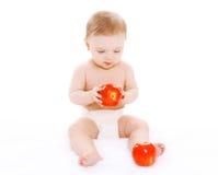 Petit bébé s'asseyant avec des pommes de rouges Images stock