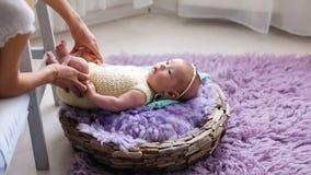 Petit bébé se trouvant sur un berceau de lit avec le pourpre et la turquoise clips vidéos